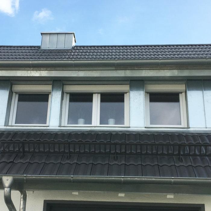überdachter Vorbau Am Haus: Fenster Rollade. Simple Willkommen Bei Der Herzog